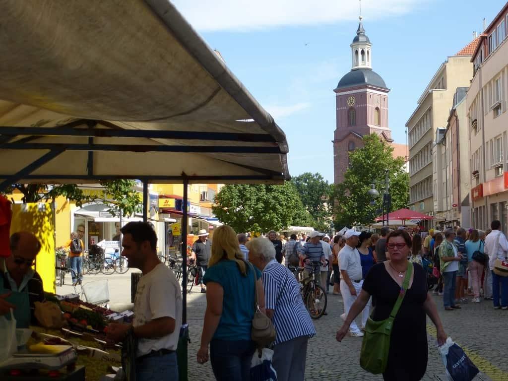 Bernd Loos Berlin Spandau Wochenmarkt hinten die St. Nikolai Kirche