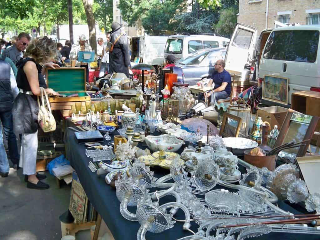 Paris flea markets: Puces de Vanves © Paris On the Way Leading Agency of Licensed Tour Guides